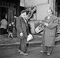 Twee rokende mannen in gesprek, op straat voor het café, Bestanddeelnr 252-9493.jpg