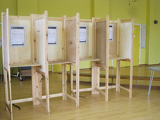 Brexit Wahlkabinen | Foto: von Microchip08 (Eigenes Werk) [CC0], via Wikimedia Commons