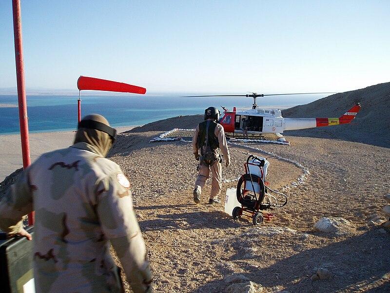 عناصر من القوة متعددة الجنسيات والمراقبون على جزيرة تيران وتظهر في الخلفية الاراضي السعودية