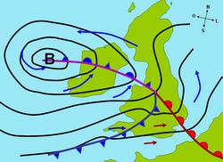 """Uma carta sinóptica fictícia de um ciclone extratropical afetando a Grã-Bretanha e a Irlanda. As flechas azuis e vermelhas entre isóbaras indica a direção do vento e a sua temperatura relativa, sendo que o símbolo """"B"""" denota o centro da baixa. Note as frentes oclusa, quente e fria"""