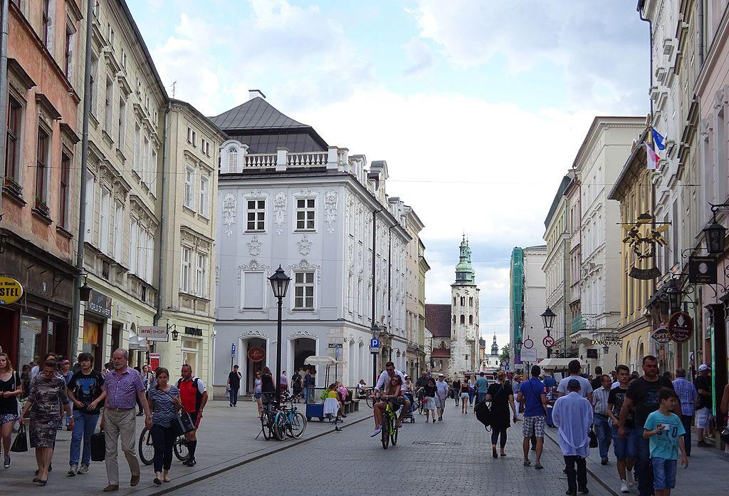 Widok ze skrzyzowania z ulicą Poselską na południe. W centralnym pukncie zdjęcia widoczna bryła Kościoła św. Andrzeja.