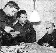 Tư lệnh V.I Chuikov (giữa) và Bộ Tư lệnh tập đoàn quân số 62 Xô Viết tại Stalingrad
