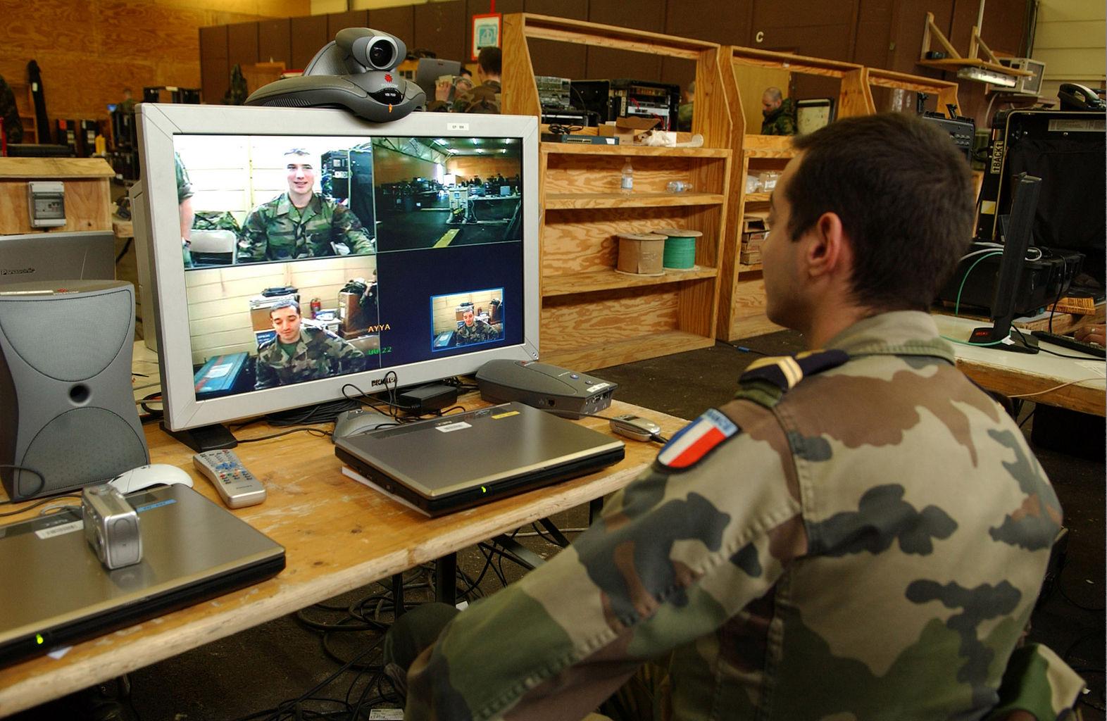 Ein französischer Soldat während einer Videokonferenz (2006)