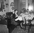 Vrouw zit met een handwerkje in een stoel voor het raam, Bestanddeelnr 252-9124.jpg