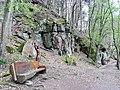 Walderlebnispfad im Bannwald Klebwald bei Unterreichenbach, Holzfigur mit Erdkugel auf dem Kopf - panoramio.jpg