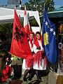 Wasserweltfest 2012 - Tracht tragende Kosovarinnen mit albanischer und kosovarischer Flagge.jpg