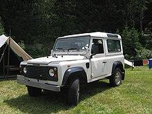 Un Land Rover 90 (con la scritta sulla mascherina