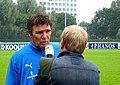 Willem van Hanegem met NOS-journalist.jpg