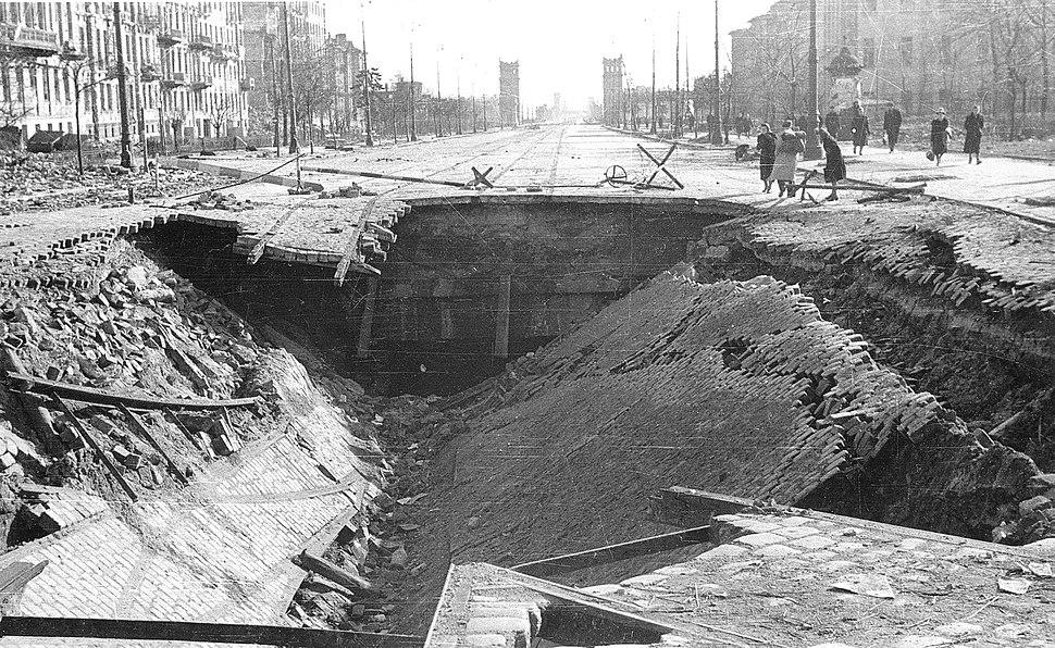 Zniszczony tunel kolei średnicowej pod Alejami Jerozolimskimi 1945