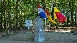 'Echte' drielandenpunt grenspaal - omgeving Vaals (Zuid-Limburg) (21950660541).jpg