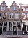 foto van Huis met trapgevel met gebogen topfronton, schuiframen onder strekken en ovale topnis