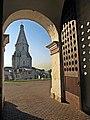 Вид на храм Вознесения в Коломенском из Спасских ворот.jpg