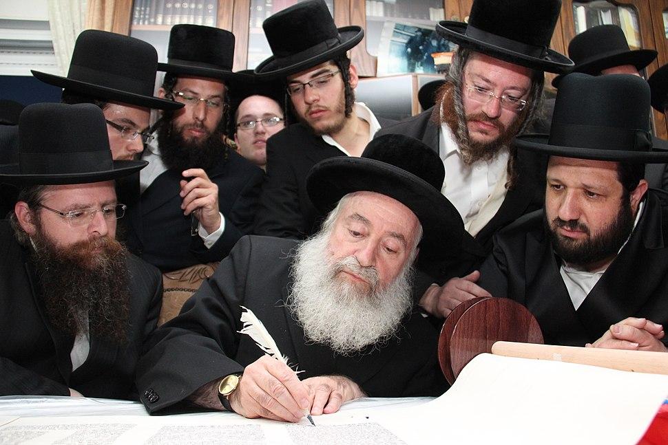 ימין לשמאל הרב יונתן שטנצל הרב אשר וייס הרב דוד יצחק מנדלבוים כתיבת ספר תורה