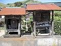 兵庫県豊岡市出石町百合(集落南側)の庚申塔と祠.jpg