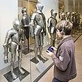 通过多媒体导览机参观盔甲展览厅©Paris, musée de l'Armée.jpg