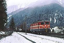 1043 004 war 1998 noch im Originalfarbschema anzutreffen, hier mit  Autoschleuse Tauernbahn bei Mallnitz.