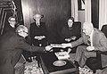 1977.01.27 - בבית הנשיא אפרים קציר - אליהו הגיש לנשיא את ספרו חושם-מבגדד.jpg