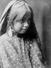 EDWARD SHERIFF CURTIS LE PHOTOGRAPHE DES AMÉRINDIENS 179px-A_Nambe_girl