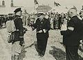 Admiraal C.E.L. Helfrich reikt de beloningen uit aan de kapitein der Mariniers – F40864 – KNBLO.jpg