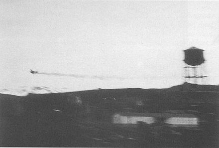 被弾後、ダッチハーバー上空を飛行する古賀機。この写真ではオイルをひいている。