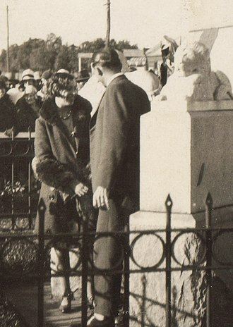Amy Johnson - Amy Johnson at the Kalgoorlie War Memorial, July 1930