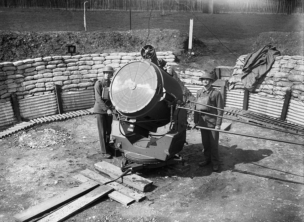 An anti-aircraft searchlight and crew at the Royal Hospital at Chelsea in London, 17 April 1940. H1291