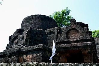 Binnayaga Buddhist Caves - Image: Ancient buddhist caves and pillars