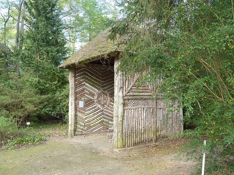 Arboretum de Balaine (Villeneuve-sur-Allier, France). Fabrique dans le parc: cabane en rondins de bouleau (1840).