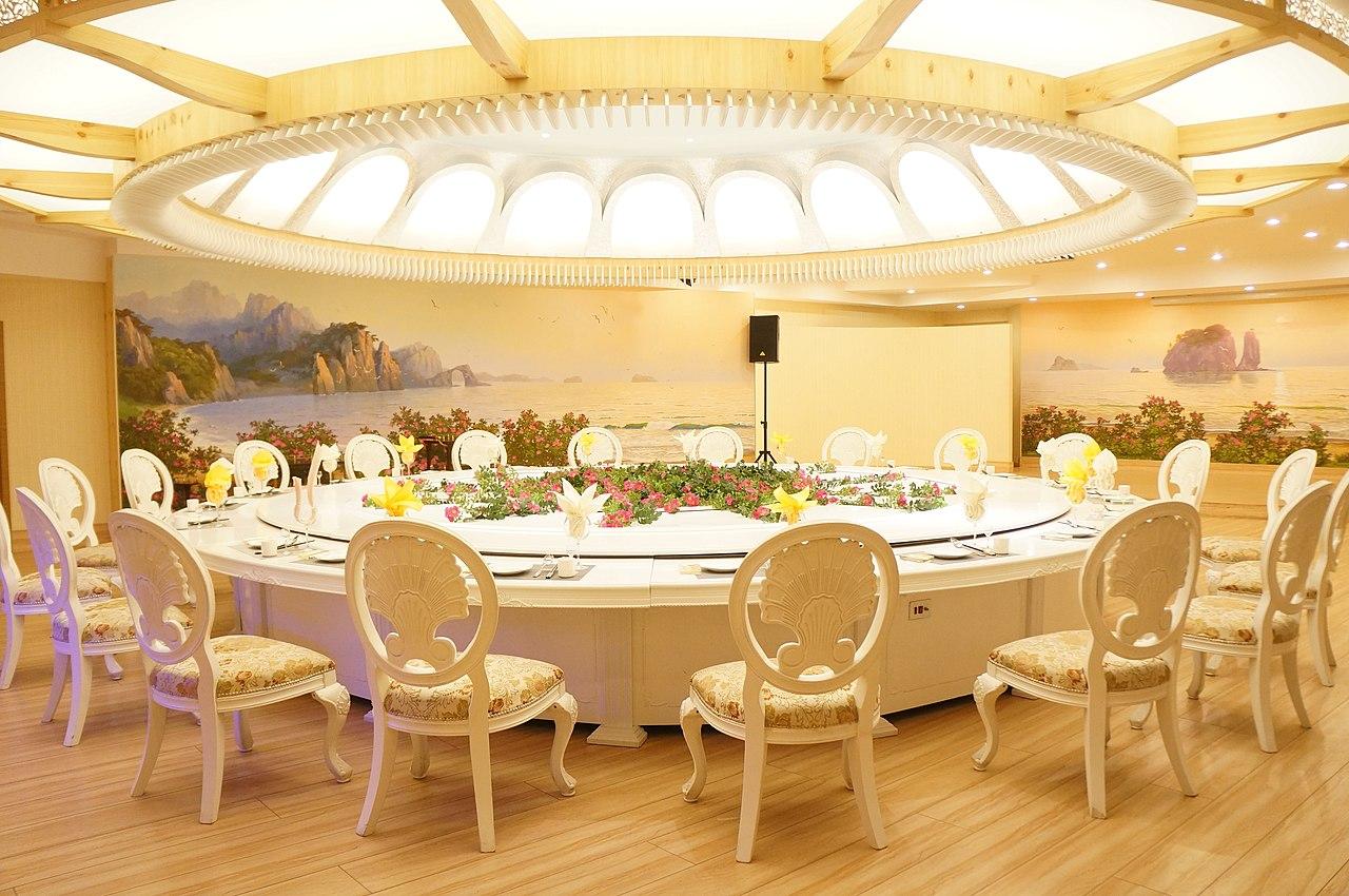 [Obrazek: 1280px-Banquet_room_at_Haedanghwa_Health...593%29.jpg]