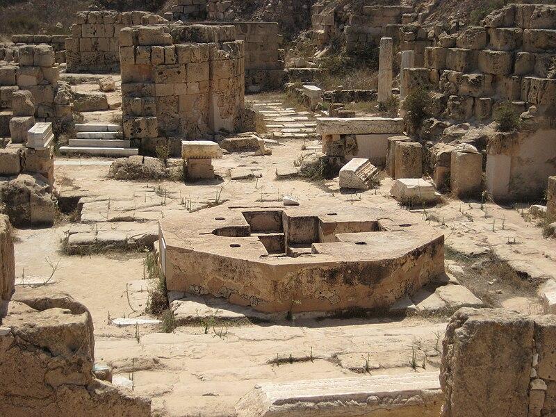https://upload.wikimedia.org/wikipedia/commons/thumb/5/52/Baptisterium_Sabratha_Apuleus_Basilica.JPG/800px-Baptisterium_Sabratha_Apuleus_Basilica.JPG