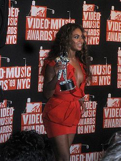 Beyoncé Knowles at 2009 MTV VMA's 2.jpg