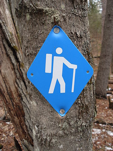 Blue Diamond Hiking Marker by I, Padraic Ryan [GFDL (http://www.gnu.org/copyleft/fdl.html), CC BY-SA 3.0 (https://creativecommons.org/licenses/by-sa/3.0) or CC BY-SA 2.5 ca (https://creativecommons.org/licenses/by-sa/2.5/ca/deed.en)], via Wikimedia Commons