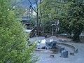 Bogen der Weidenhäuser Brücke Marburg mit Ort für Minihafen hinter Uferbrücke mit flexiblem Nest-gebäude (Drehscheibe) statt Springbrunnen 2016-04-30.JPG