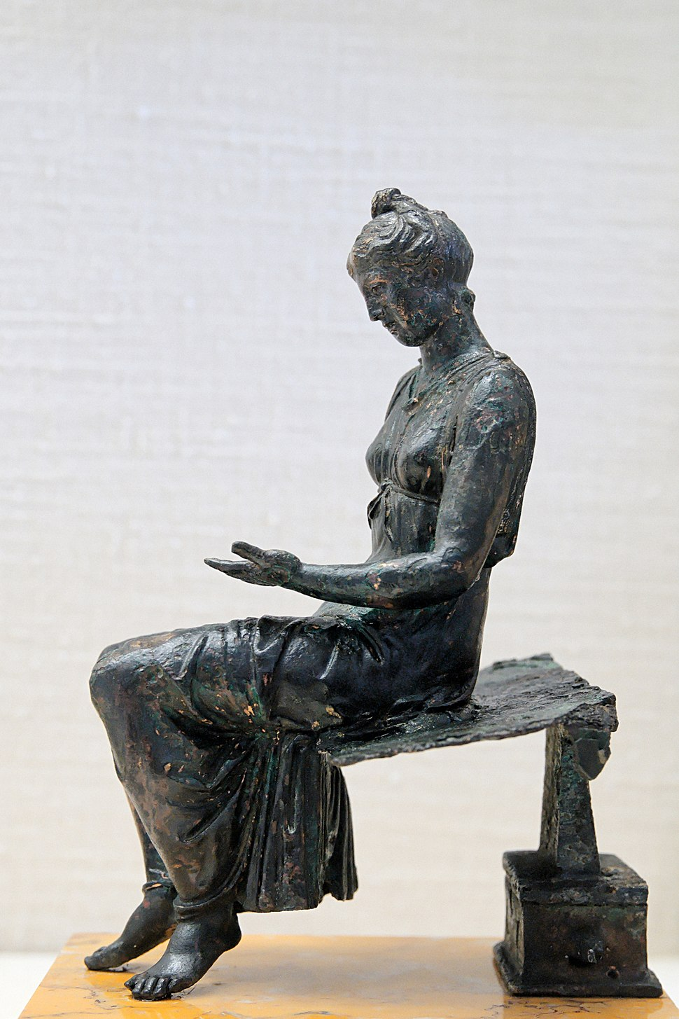 Bronze young girl reading CdM Paris