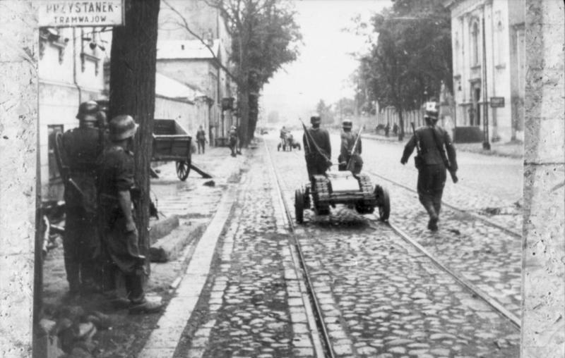 """Bundesarchiv Bild 101I-695-0411-08A, Warschauer Aufstand, Soldaten mit """"Goliath"""""""