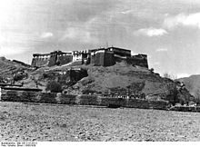Bundesarchiv Bild 135-S-15-24-12, Tibetexpedition, Chitichio, Burg.jpg