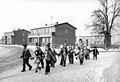 Bundesarchiv Bild 183-1985-0122-018, Kassow, Spaziergang der Krippenkinder.jpg
