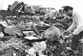 Bundesarchiv Bild 183-1990-0913-032, Lieberwolkwitz, Mülldeponie, Probenentnahme.jpg