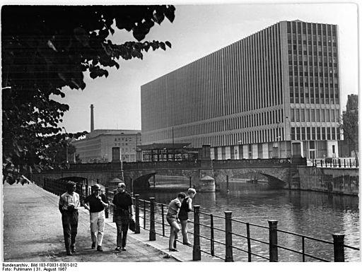 Bundesarchiv Bild 183-F0831-0301-012, Berlin, Aussenministerium, Brücke, Spree