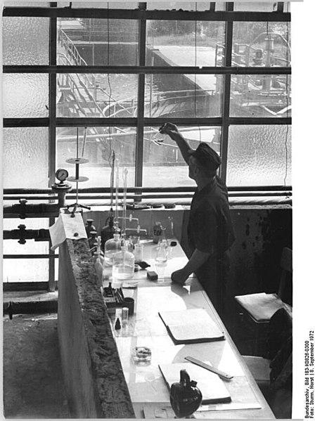 File:Bundesarchiv Bild 183-K0826-0300, VEB Kalk-Chemie, Labor zur Abwasserkontrolle.jpg