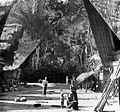 COLLECTIE TROPENMUSEUM Toba Batak dorpsgezicht TMnr 10017216.jpg
