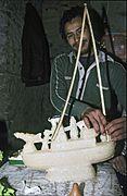 COLLECTIE TROPENMUSEUM Vervaardiging van een suikerwerkfiguur in de vorm van een boot ter gelegenheid van de viering van mawlid an-nabi TMnr 20043349.jpg