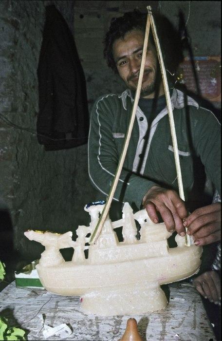 COLLECTIE TROPENMUSEUM Vervaardiging van een suikerwerkfiguur in de vorm van een boot ter gelegenheid van de viering van mawlid an-nabi TMnr 20043349
