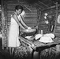 COLLECTIE TROPENMUSEUM Vrouw die bezig is met de afwas in haar huis TMnr 20000268.jpg