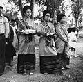COLLECTIE TROPENMUSEUM Vrouwen in feestkleding wachten tijdens een roeiwestrijd op de binnenkomst van de prauw van hun dorp TMnr 20000187.jpg