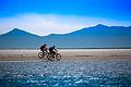 Casal andando de bicicleta na praia deserta de Superagui.jpg