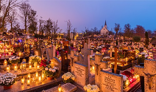 All Saints' Day at a cemetery in Gniezno, Poland - flowers and candles placed to honor deceased relatives (2017) Celebracion de Todos los Santos, cementerio de la Santa Cruz, Gniezno, Polonia, 2017-11-01, DD 07-09 HDR.jpg