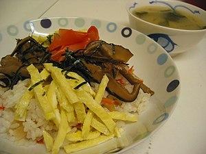 Chirashi sushi 日本語: ちらし寿司