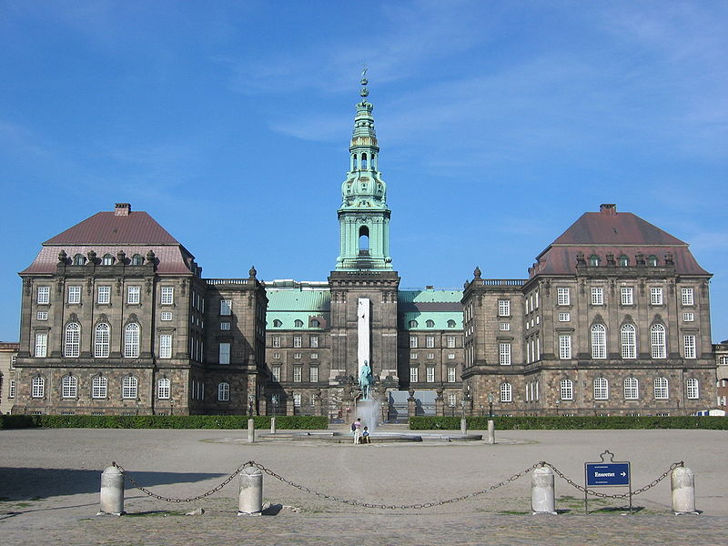 https://upload.wikimedia.org/wikipedia/commons/thumb/5/52/Christiansborg_Slot.jpg/800px-Christiansborg_Slot.jpg?524