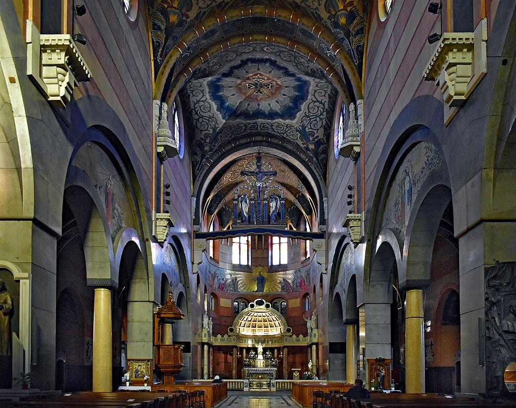 Intérieur de l'église du Sacré Coeur auquel la photo ne fait pas vraiment honneur. Photo de Zygmunt Put Zetpe0202.